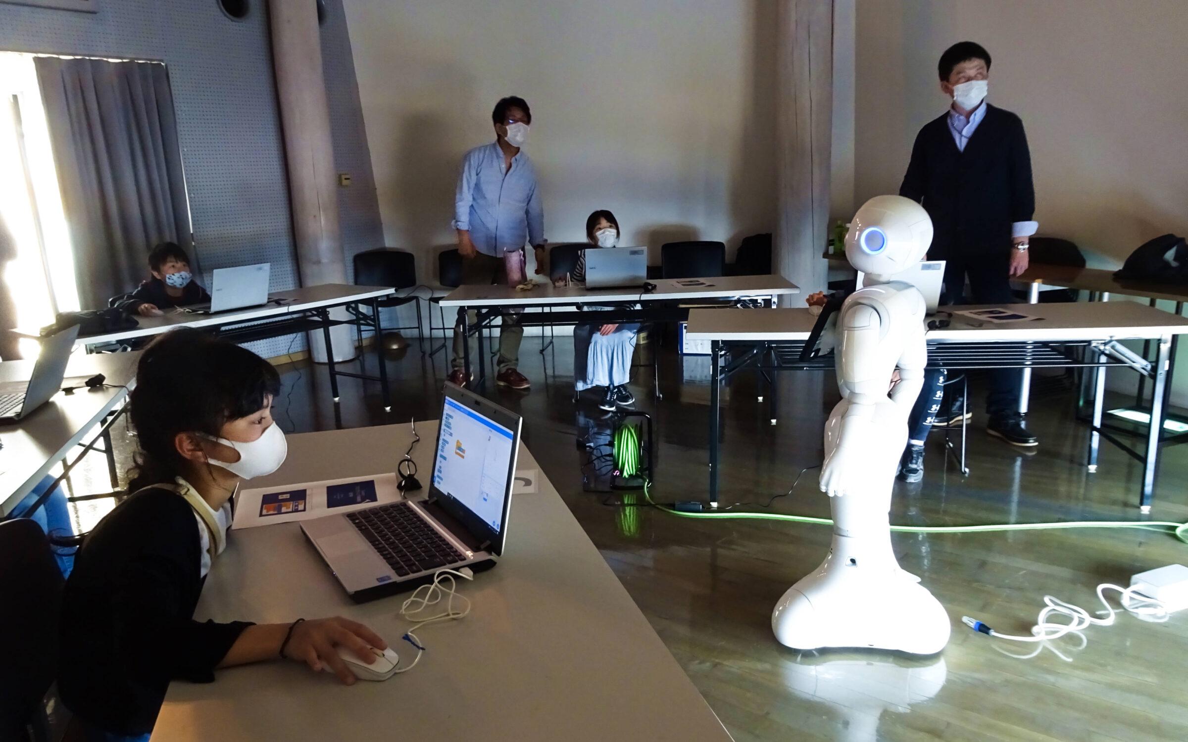 ゲーム制作や人型ロボットの制御など。サイエンス・コミュニケーションプロジェクトが児童を対象に「プログラミング体験教室」を開催しました。